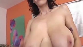 Alia Janine Branle Une Queue Dans Ses Gros Seins Naturels Et Se Fait Inonder De Sperme !